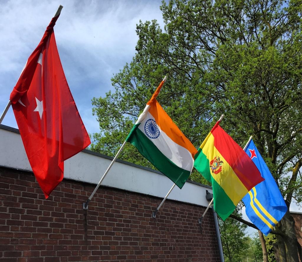 Vlaggen bij Oase Nieuw-West (OR141)